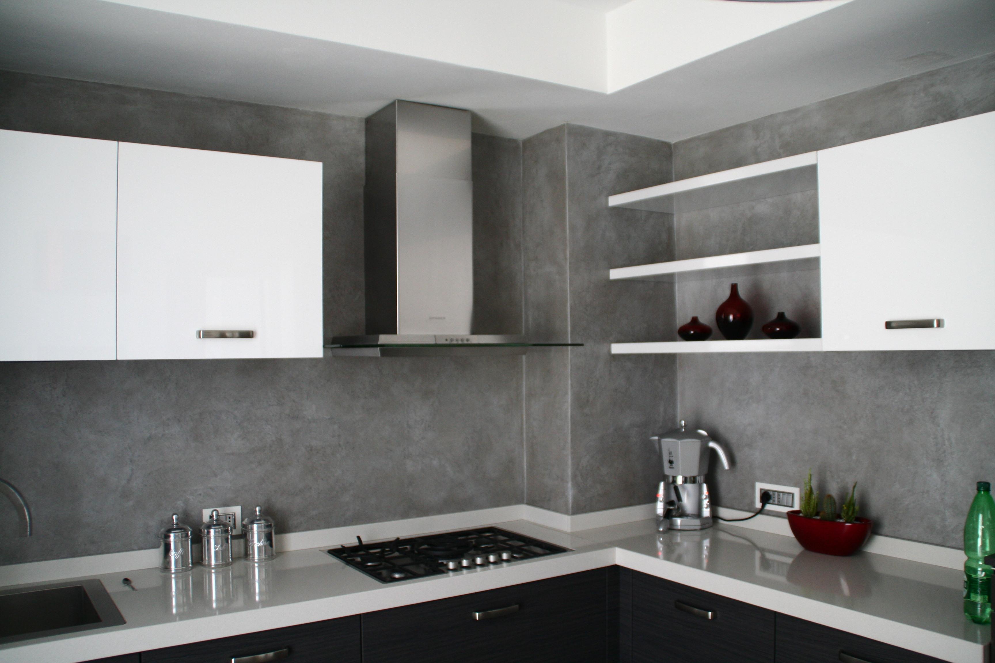 Parete grigia cucina home design e ispirazione mobili for Piastrelle parete cucina